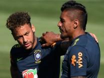 Brasiliens Superstar Neymar beim Training mit Paulinho.