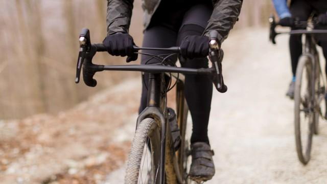 Gravel Bike Canyon Grail Fokus auf den Lenker auf einem Waldweg.