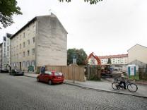 """Fünfzigerjahrebau Wackersberger Str. 37 in Sendling âÄ"""" dem droht der Abriss. Mit Nachbargrundstück No. 39.  Dort wurde in dieser Woche ein Lagerhaus plattgemacht."""