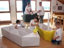 Vorbereitungen auf das Papierbootrennen