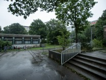 Grundschule am Strehleranger in Neuperlach mit Bäumen.