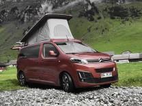 Der Campingbus Pössl Campster auf Basis des Citroën Spacetourer mit ausgeklapptem Schlafbereich.