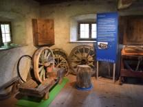 Die Präsentation in der Werkstatt des Wagnerhauses aus Oberratting. © Bezirk Oberbayern, Bauernhausmuseum Amerang