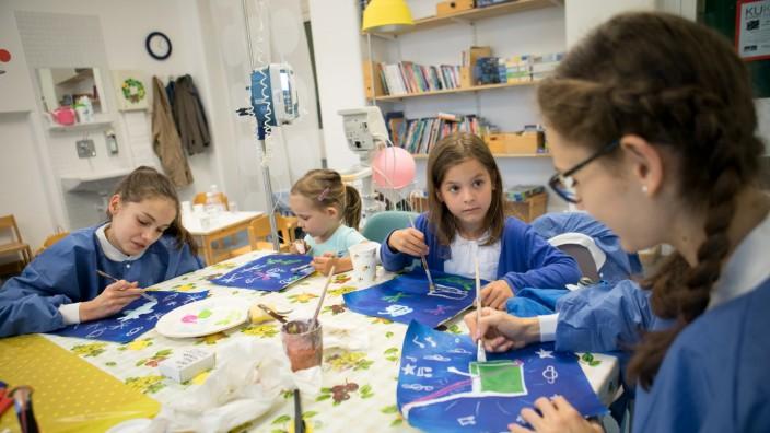 Kunstaktion im Schwabinger Krankenhaus, Kinderklinik, , zu der die Kinder kommen können und dann malen können.