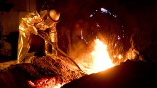 Stahlarbeiter bei der Arbeit am Schmelzofen