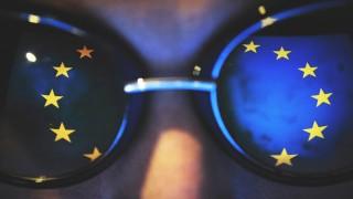 EU-Flagge reflektiert in einer Sonnenbrille