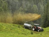 Ein Bauer mit Traktor bring Guelle auf einer Bergwiese aus Brandenberg 24 07 2016 Brandenberg Oest