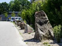 Heribert-Schmid-Weg 'Felsen' behindern Parken