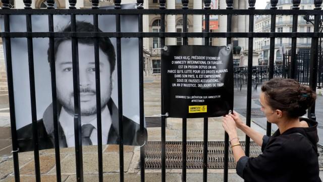 Das Bild des Menschrechtlers Taner Kilic in Paris