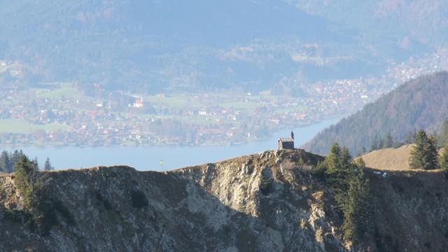 Die Kapelle St. Leonhard, gesehen von der Brecherspitze oberhalb vom Spitzingsee beziehungsweise Schliersee