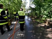 Die Feuerwehr reinigt den Tatort in Giesing