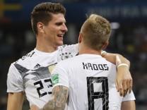 Mario Gomez, Toni Kroos und Marco Reus bei der Fußball-WM 2018 gegen Schweden