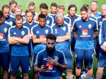 Der schwedische Nationalspieler Jimmy Durmaz gibt bei der WM 2018 eine Erklärung gegen Rassismus ab.
