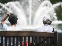 Rentner auf einer Parkbank im Schlossgarten Fulda