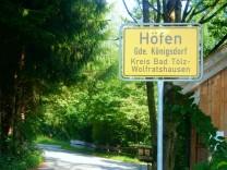 Doppelmord Höfen bei Königsdorf - am tag des Prozessauftaktes in München - Höfen Ortsansicht, Straßenansicht, Ortsschild, örtlicher Maibaum