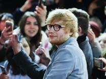 Popsänger Ed Sheeran mit Fans