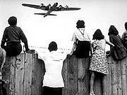 60 Jahre Bundesrepublik: Luftbrücke Schokolade über Berlin 2,3 Millionen Tonnen Hilfsgüter flogen die Alliierten während der Luftbrücke ins abgeschnittene Berlin - vor allem Kohle. In Erinnerungen bleiben sie trotzdem als Rosinenbomber