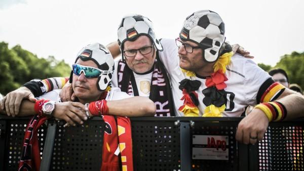 Berlin Enttäuschung auf der Fanmeile vor dem Brandenburger Tor Fans aufgenommen beim Public Viewin