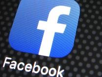 Smartphone mit Facebook, Twitter und YouTube-Logos