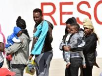 Schiff mit mehr als 900 Flüchtlingen landet in Italien