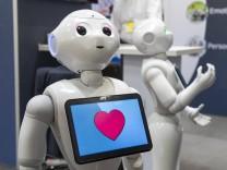 CEBIT 2018 weltgrößte IT Messe Hannover Stand der Firma SoftBank Robotics Roboter als Dienstleis