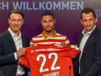 FC Bayern: Serge Gnabry bei seiner Präsentation mit Niko Kovac und Hasan Salihamidzic