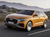 Audi Q8 bei der Fahrt über eine Landstraße