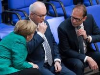 Angela Merkel, Volker Kauder und Alexander Dobrindt im Deutschen Bundestag