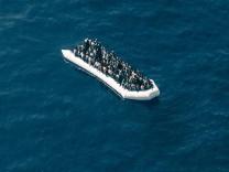 Fluechtlingsboot Kueste vor Libyen beobachtet aus dem Suchflugzeug Moonbird von der Hilfsorganisat