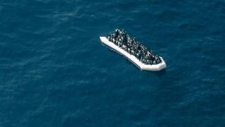Ein Flüchtlingsboot im Mittelmeer vor Libyen