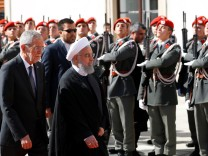 Austrian President Van der Bellen and Iranian President Rouhani review the guard of honour in Vienna