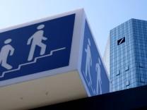 08 04 2018 Frankfurt DEU Turm der Deutschen Bank mit Treppen Logo *** 08 04 2018 Frankfurt DEU To
