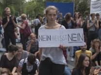 TeilnehmerInnen der Demonstration Unterstuetzung fuer Gina Lisa Lohfink Nein heißt Nein nur Ja he