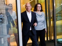 SPD-Politiker Olaf Scholz und Andrea Nahles verlassen den Reichstag.