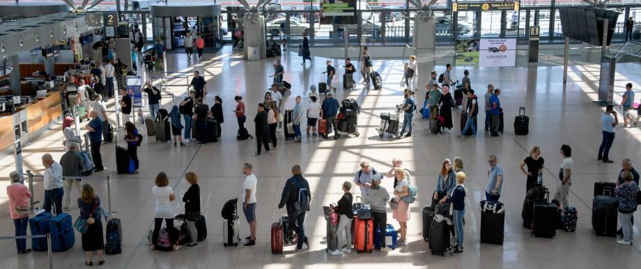 Flughafen Hamburg wartende Passagiere