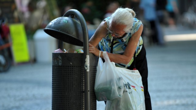 Pfandflaschensuche im Müll