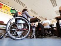 Inklusion: Eine behinderte Schülerin sitzt in ihrem Rollstuhl im Klassenraum.