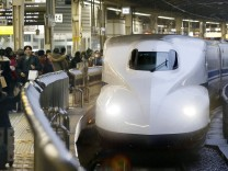 New Year holidaymakers wait for Shinkansen bullet train