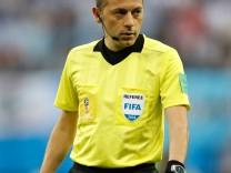 Schiedsrichter Cüneyt Cakir beim WM-Spiel Nigeria gegen Argentinien