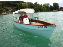 Elegantes Elektroboot auf dem Wörthsee