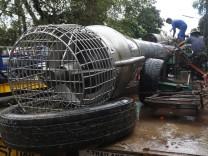 Höhlenrettung in Thailand: Arbeiter reinigen eine Pumpe