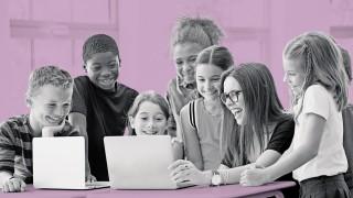 Schule Kinder mit laptop mit Lehrer im Klassenzimmer