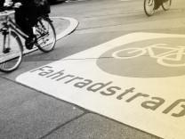 Fahrradfahrer in einer Fahrradstrasse in Berlin am 3 April 2018 Fahrradstrasse in Berlin *** Cycli