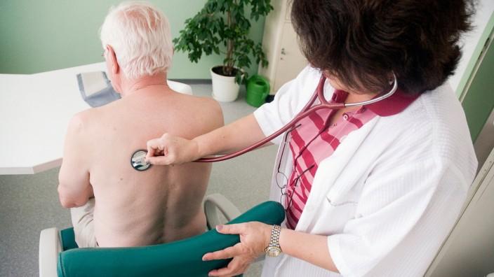 Hausärztin untersucht Patienten