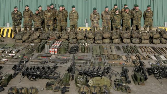 Bundeswehr-Soldaten stehen vor ihrer Ausrüstung