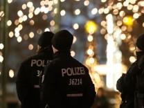 Polizeibeamte bewachen 2017 den Weihnachtsmarkt auf dem Breitscheidplatz ein Jahr nach dem Anschlag.