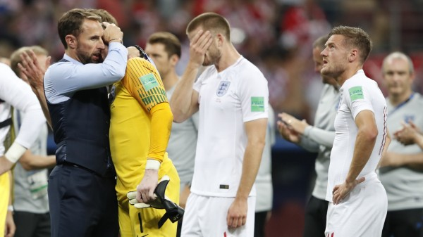 Englands Trainer Gareth Southgate tröstet die Spieler nach dem WM-Aus gegen Kroatien.