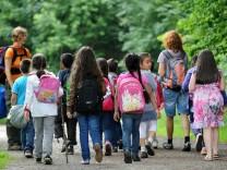 Schulkinder im Wald