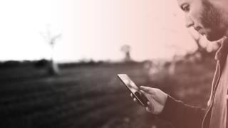 Mobilfunk: Ein Mann surft im Freien im Internet