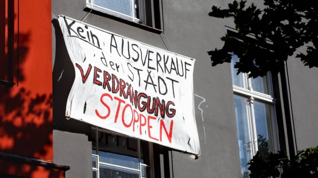 Berlin Schöneberg Tempelhof Schöneberg Wohnen in Berlin Transparent an einer Hausfassade mit de